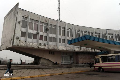 Чоловік впав з третього поверху автовокзалу на Стрийській