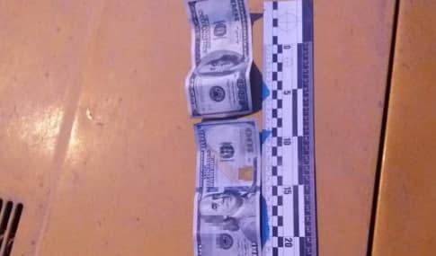 На Сихові обміняли 300 доларів на фальшиві «папірці»