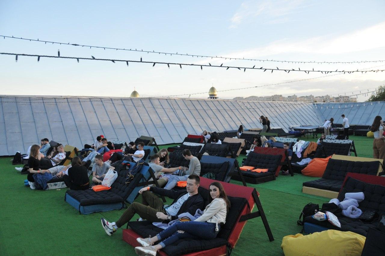 Від сьогодні на даху Центру Довженка можна дивитися футбольні матчі